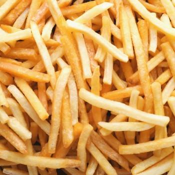 Knapperige portie gefrituurde frietjes