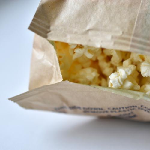 Magnetron popcorn in zak