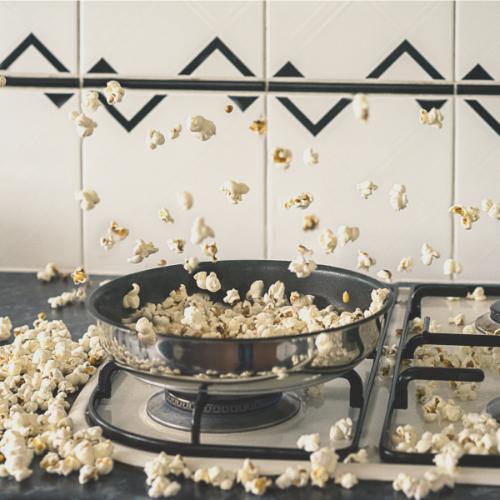 Zelfgemaakte popcorn uit de pan