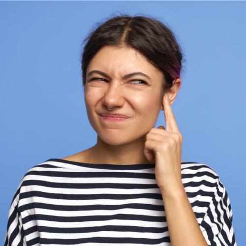 Bij een verstopt oor wordt de gehoorgang geblokkeerd