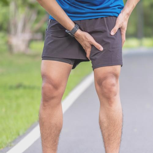 Een man met pijn in zijn liezen tijdens het rennen