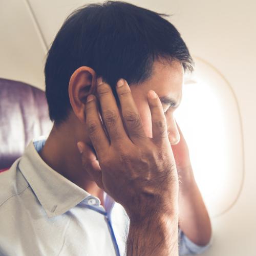 Verstopte oren tijdens het vliegen kun je klaren door kauwgom te kauwen
