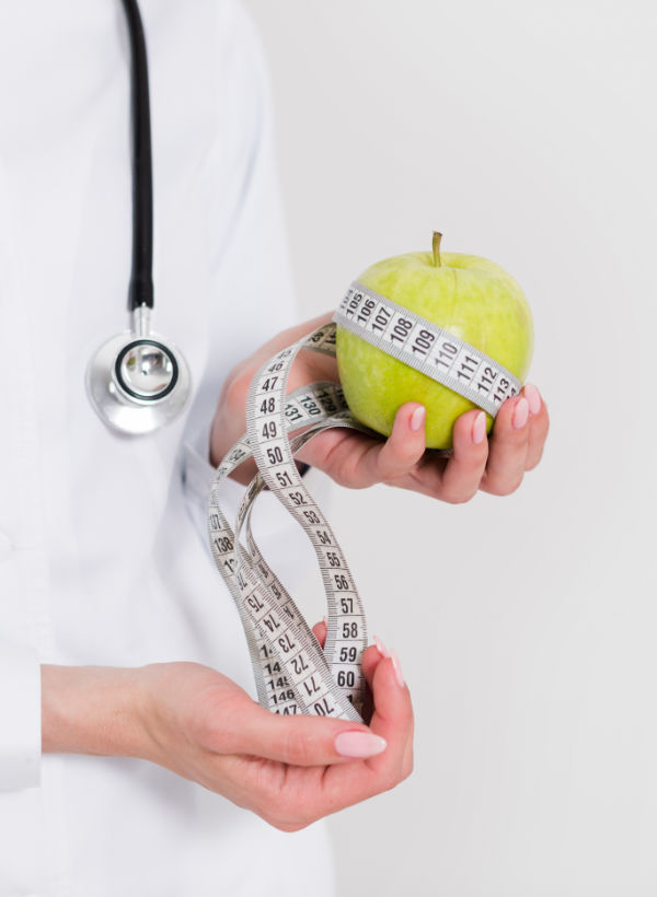Dietist met appel & meetlint