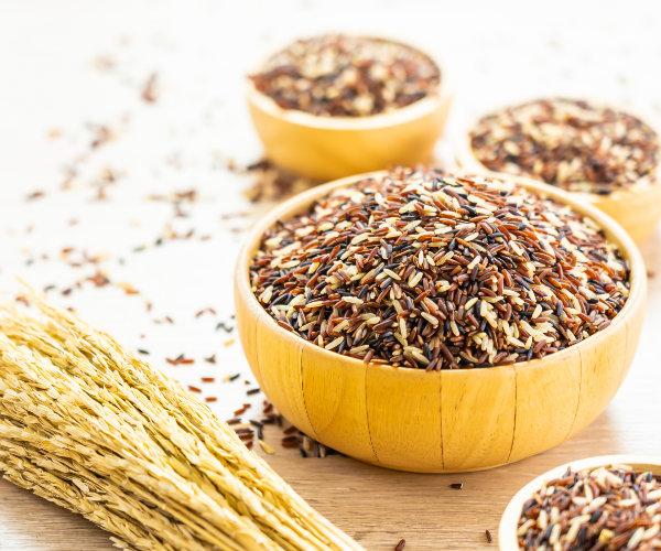 Een kom met bruine rijst