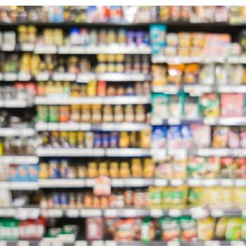 Product verpakkingen lezen in de supermarkt