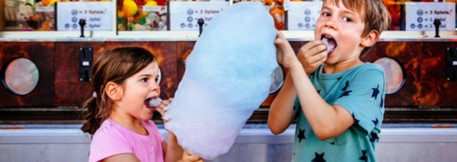 Je kind belonen met snoep? Liever niet. Kinderen eten snoep
