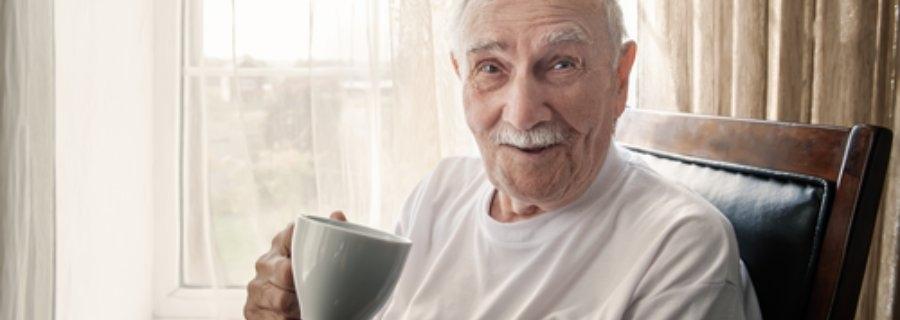 Meer aandacht nodig voor gebruik cafeïne bij oudere met dementie, oude man drinkt koffie