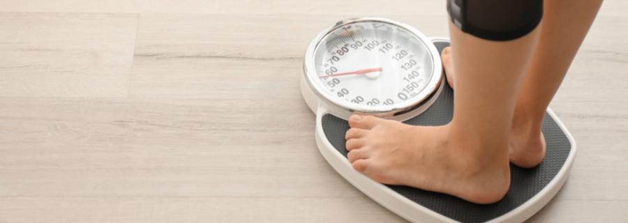 Iemand zonder overgewicht op de weegschaal